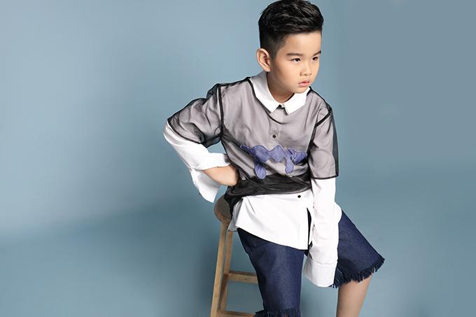 Suit kẻ sọc, áo trong suốt đi kèm sơ mi phom dáng rộng được lựa để mang tới sự lôi cuốn cho bộ ảnh.