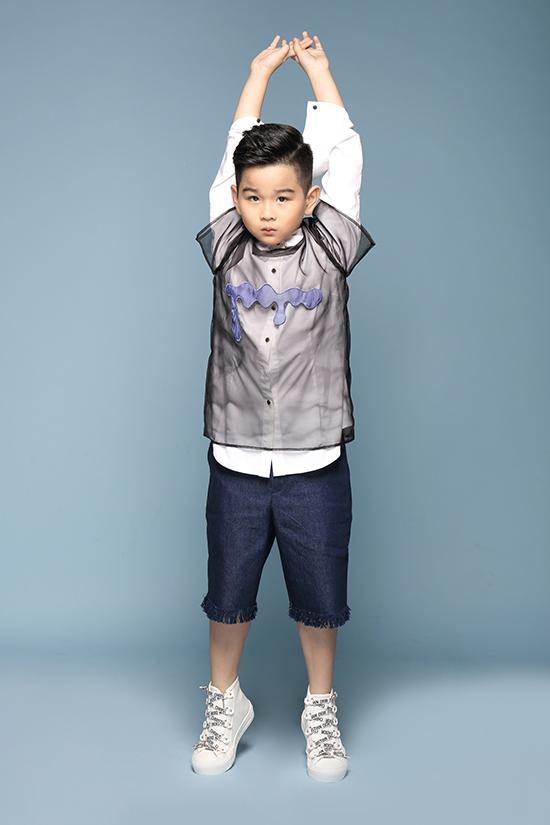 Cậu bé thể hiện sự dạn dĩ, biểu cảm khuôn mặt cũng như cách tạo dáng đa dạng.