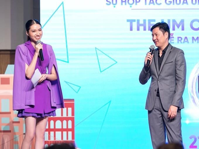 Thanh Huyền tự tin giao lưu và dịch các phát biểu của quan khách quốc tế tại sự kiện.