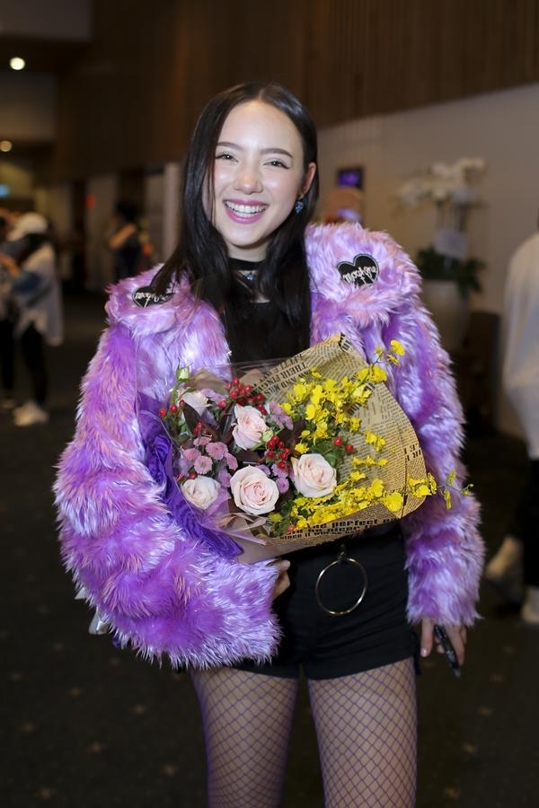 Nghệ sĩ Thái Lan - Jannine Weigel dành thời gian đến Việt Nam tham gia sự kiện. Người đẹp 17 tuổisở hữu một lượng khán giả đông đảo ở mỗi Thái Lan mà còn nhiều nước châu Á.