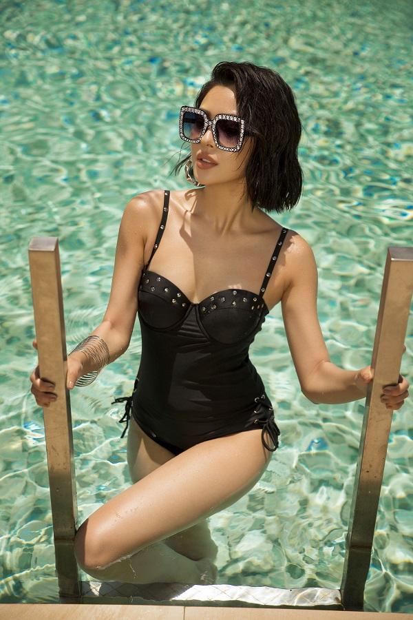 Gam đen tối giản: Ngoài cảm giác hiện đại và sang trọng, bikini hai mảnh màu đen còn giúp thu gọn cơ thể, khiến phái đẹp trở nên thon thả, mảnh dẻ hơn.
