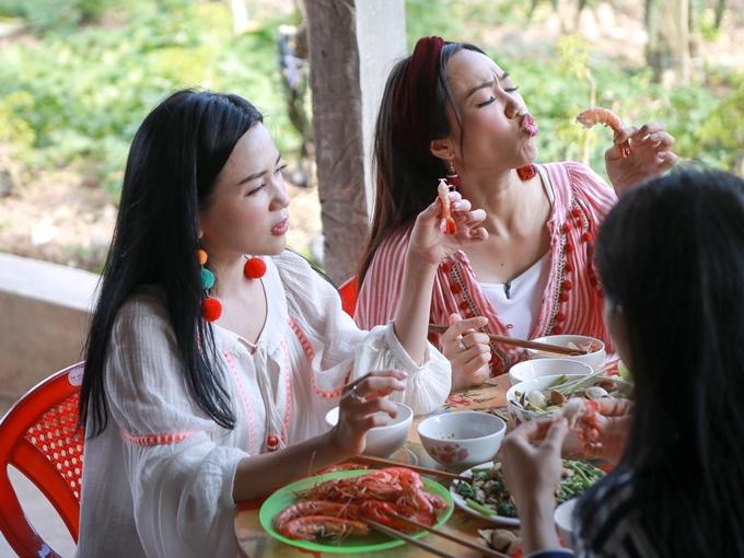 Buổi trưa, bộ ba hào hứng thưởng thức các món hải sản.