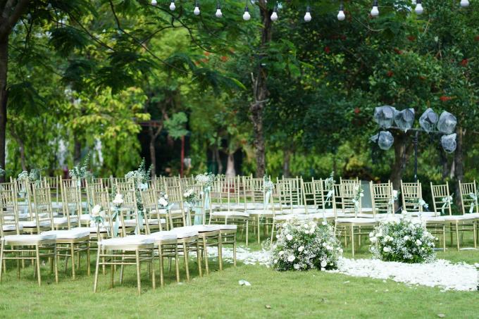 Hôn lễ sử dụng hoa hồng và hơn 1.000 cànhhoa lan hồ điệp làm loài hoa chủ đạo. Đồng thời đội decor cònkết hợp thêm hoacẩm tú cầu, hoa baby. Tất cả đều mang sắc trắng đặc trưng.