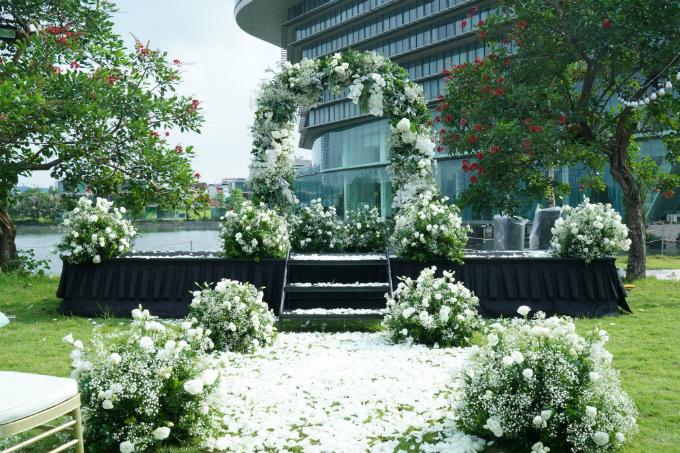 Loài hoa hồng trắng - hoa chủ đạo trong hôn lễ gửi gắm ý nghĩa về một tình yêu trong sáng, thuần khiết.