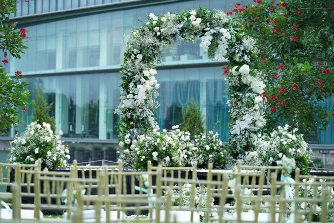 Nhằm đáp ứng mong muốn của vợ chồng Tú Lơ Khơvềmột hôn lễ tràn ngập sắc trắng tinh khôi, đội ngũ decor đã mất tới 6 tháng để chuẩn bị, lên ý tưởng thực hiện vàtìm kiếm nguồn cung cấp hoa tươi.