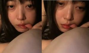 'Gái hư' Sulli mút ngón tay, khóc lóc khi livestream với fan