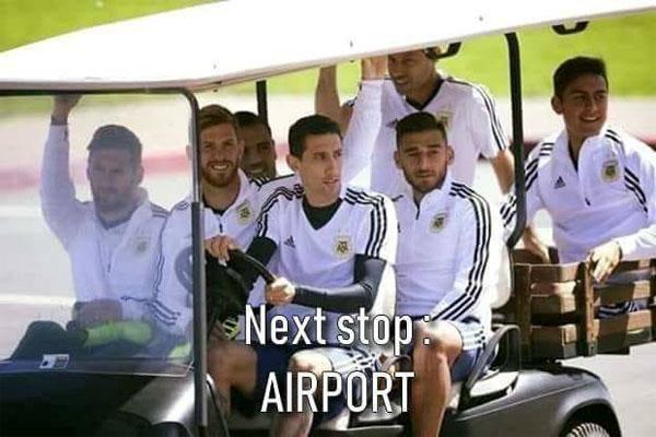 Trận đấu tiếp theo của các tuyển thủ Argentina là ở... sân bay. Bởi đội bóng phải về nước sớm.