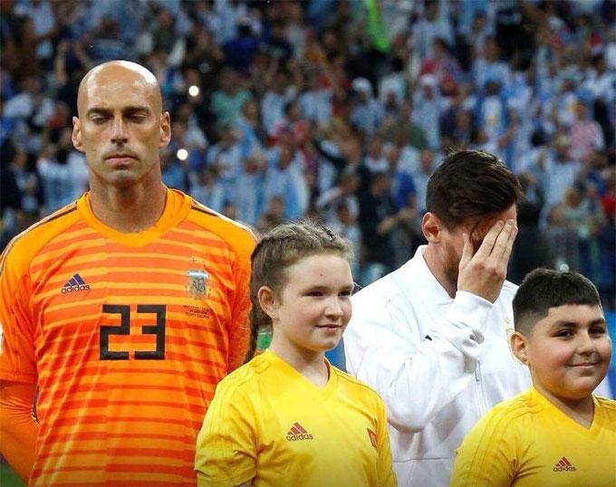 Messi và tội đồ Caballero dường như biết trước kết cục của trận đấu.