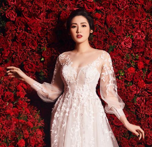 Một thiết kế khác của Lek Chi với phần cổ xẻ ngực sâu nhưng có thêm voan mỏng. Chiếc váy giúp cô dâu kín đáo mà vẫn gợi cảm.