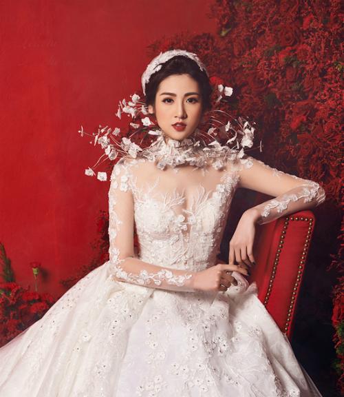 Chiếc váy của NTK Lek Chi mà Tú Anh từng diện có giá khoảng 3 tỷ đồng. Bộ váy được đính 200 viên kim cương, riêng đuôi váy đính 5.000 cánh hoa thêu và hơn 6.000 viên pha lê lớn, nhỏ khác nhau. Để hoàn thiệc chiếc váy này, những người thợ đã mất gần 3.600 giờ làm việc thủ công.