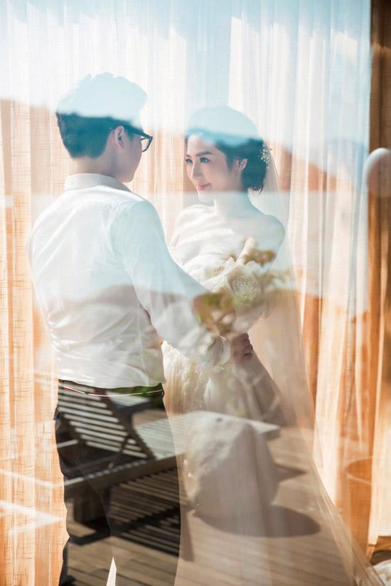 Đôi uyên ương sẽ chính thức nên duyên vợ chồng vào ngày 21/7 tới.Từ những ngày đầu yêu nhau, anh vẫn thường nói với tôi rằng: Xuất phát điểm mình đến với nhau đã không dễ dàng như nhiều cặp đôi khác, phải chăng vì thế mà mỗi ngày trôi qua, hai đứa lại càng thấy trân trọng và yêu thương nhau nhiều hơn... Yêu thương là không ngừng cố gắng, cố gắng vì tất cả, cố gắng vì nhau, để rồi giờ đây sẽ được cùng nhau đón đợi ngày đặc biệt và thiêng liêng nhất, Tú Anh viết lời yêu thương dành cho chồng.