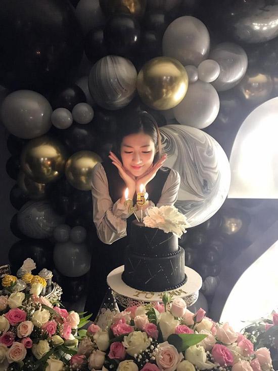 Trên trang cá nhân, Tú Anh chia sẻ một số hình ảnh đáng nhớ của cô trong ngày tròn 25 tuổi. Á hậu được chồng sắp cưới và bạn bètổ chức cho tiệc sinh nhậttrongkhông gian trang trí tràn ngập bóng bay và rất nhiều hoa tươi.