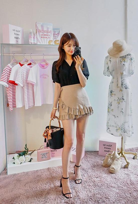 Chân váy vạt quấn, xếp bèo nhún là sản phẩm đắt hàng ở mùa hè năm nay. Các fashionista thường chọn nó để mix cùng sơ mi, sandal và các kiểu túi xách tay xinh xắn.