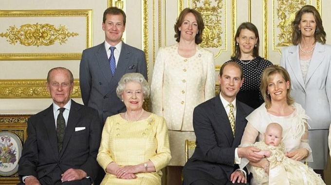 Huân tước Ivar Mountbatten (người đàn ông đứng hàng hai từ trái sang), em họ xa của Nữ hoàng Elizabeth II, sẽ trở thành người đầu tiên trong Hoàng gia Anh làm đám cưới đồng tính. Trước đó, ông là người đầu tiên của Hoàng gia công bố bản thânđồng tính vào năm 2016. Ảnh: CelebCoCo.