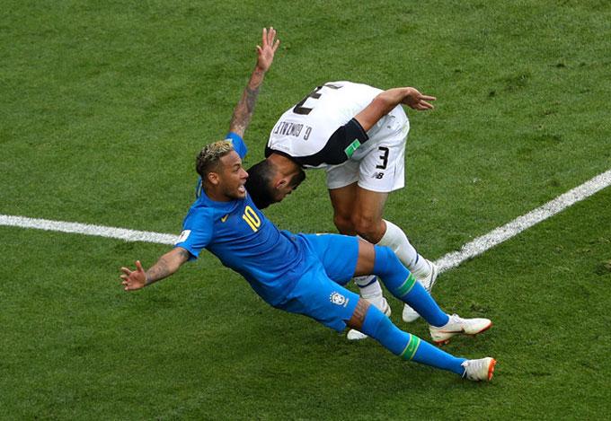 Tình huống Neymar bị tước cú đá penalty. Ảnh: AP.