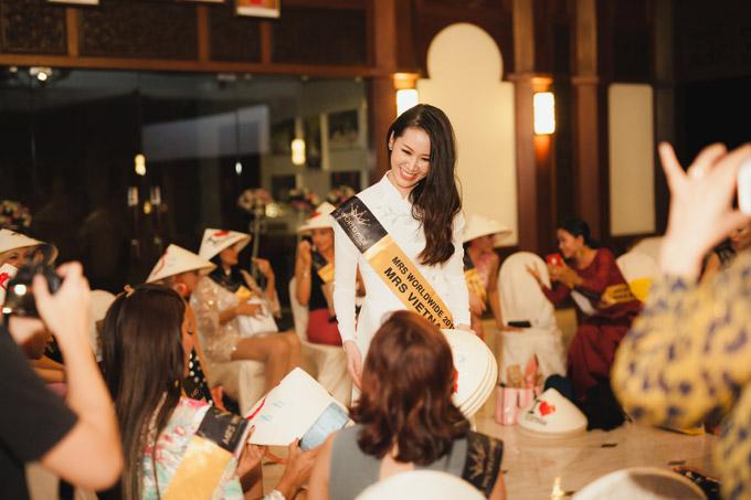 Côcòntặngbạn bè quốc tế chiếc nón lá làm món quà kỷ niệm. Trên chiếc nón có in bản đồ và dòng chữ I love Vietnam.