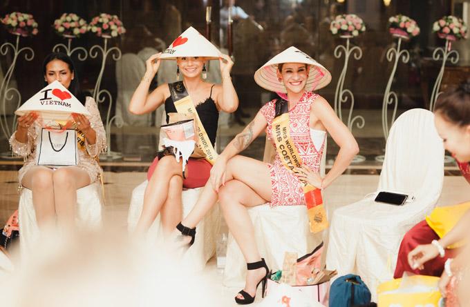 Các thí sinh rất thích thú trước món quà của Dương Thuỳ Linh. Họ còn bày tỏ mong muốnđến Việt Nam du lịch trong tương lai không xa.