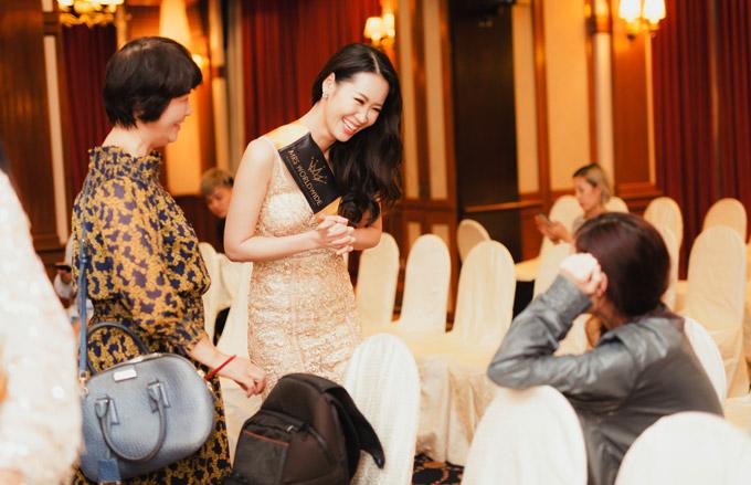 Mẹ Hoa hậu ủng hộ cô tham gia đấu trường nhan sắc quốc tế ở tuổi 35 bởi bà cho rằng, những trải nghiệm ở cuộc thi này sẽ giúp con gái khẳng định được bản thân, tích lũy thêmkinh nghiệm cuộc sống và có nhiềungười bạn mới.