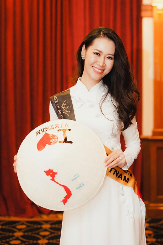 Hôm qua (21/6), đại diện Việt Nam diện áo dài truyền thống khi bay sang Malaysia để