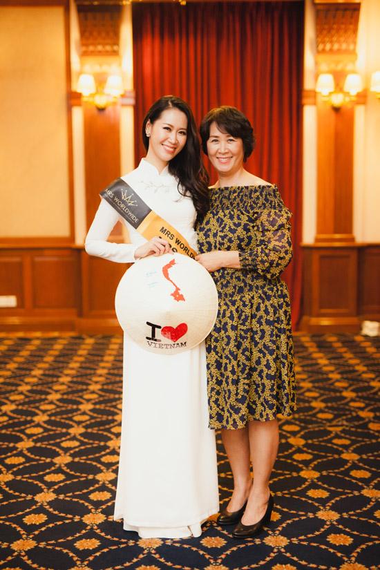 Sang Singapore dự thi Mrs Worldwide 2018 (Hoa hậu Phụ nữ Toàn thế giới 2018), Dương Thuỳ Linh có mẹ ruột (Phó Giáo sư - Tiến sĩ Nguyễn Thị Thuận) đồng hành. Bà là nguồn cổ vũ tinh thần lớn cho con gái.