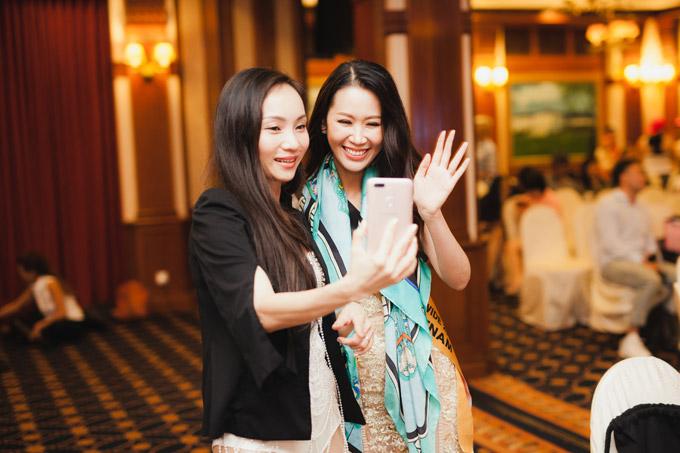 Trong hai ngày qua, Dương Thuỳ Linh đã kết thân với nhiều thí sinh, trong đó có đại diện của Singapore.