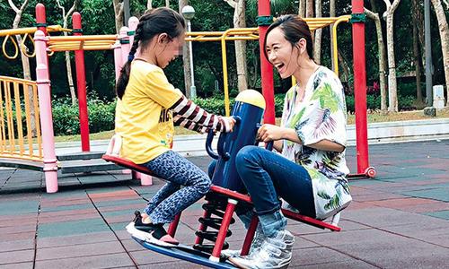 """Hoa hậu Hong Kong 2001 đi chơi cùng con gái trong """"Ngày của cha"""""""