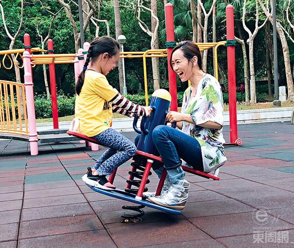 Tư Kỳ cùng con gái vui chơi ở công viên.