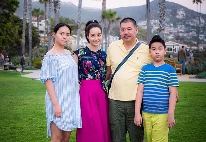 Gia đình Mai Thu Huyền đưa hai con đi du lịch Mỹ nhân dịp nghỉ hè. Hôm qua, cả nhà tới thăm Laguna Beach ở California.