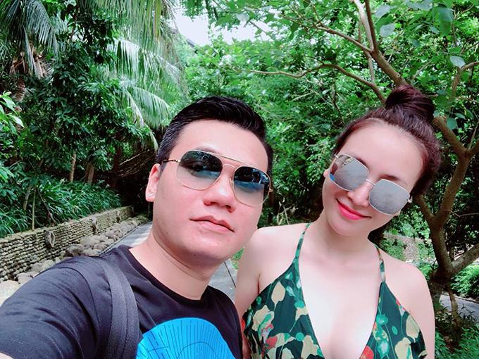 Khắc Việt cùng bà xã nóng bỏng đang có kỳ nghỉ hè ở Đà Nẵng.