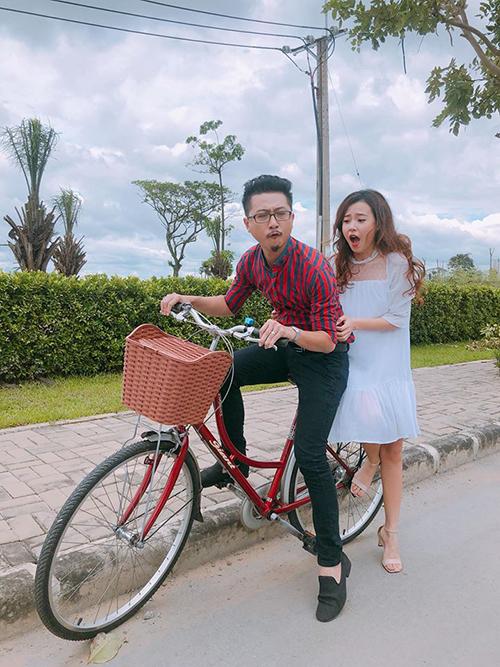 Midu mách Lâm Vỹ Dạ vì tội của Hứa Minh Đạt: Chị Dạ ơi chị Dạ, chồng chị chạy xe đạp mà tưởng tượng đang đi mô tô nên móc đầu ghê quá. Đến hốt ảnh về giùm em.