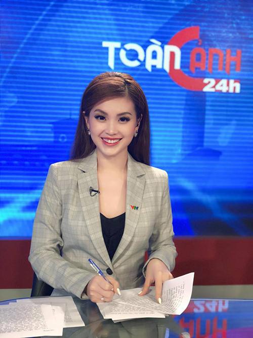 Á hậu Diễm Trang xinh đẹp trong trang phục dẫn chương trình. Cô gửi lời chúc mừng ngày nhà báo tới những người đồng nghiệp.