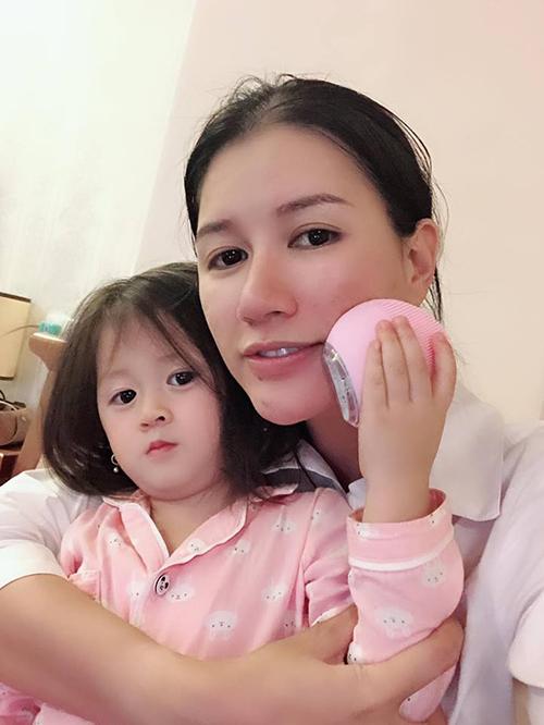 Con gái Trang Trần càng lớn càng đáng yêu, kháu khỉnh.
