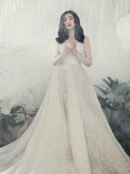 Chiếc váy có chi tiết đính đá tinh xảo với tựa như bầu trời sao đêm đem đến cho Tú Anh diện mạo sang trọng, quyến rũ.