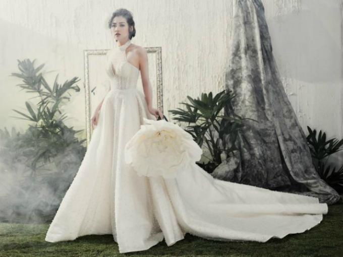 Mẫu váy cổ yếm với vạt váy dài giúp cô dâu dễ dàng di chuyển trong sảnh tiệc. Váy được may từ chất liệu vải sheer cao cấp, xốp nhẹ với nhiều lớp lót bên trong.