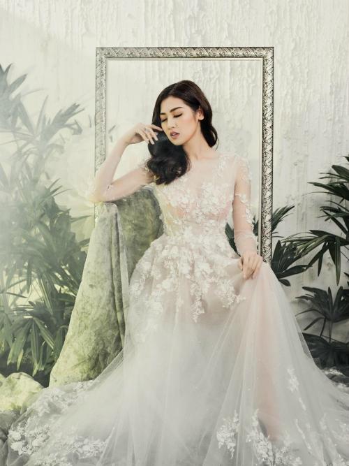 Chiếc váy chữ A xuyên thấu gây ấn tượng với ren Chantilly Pháp và ren hoa 3D độc đáo.