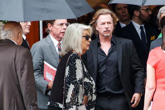 Chồng Kate, doanh nhân Andy Space (mặc vest xám) cùng em trai là nam diễn viên David Space (vest đen) trong tang lễ hôm thứ 5.