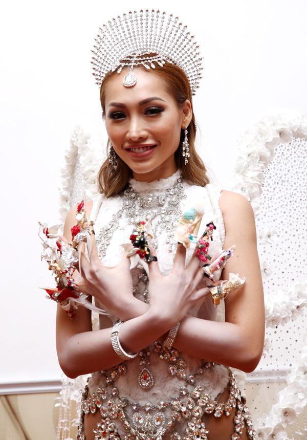 Người mẫu Khánh Ngọc khoe bộ móng ấn tượng trong sự kiện.