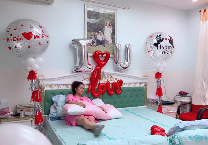 Khánh Thi trốn viện về nhà để tổ chức sinh nhật bất ngờ cho chồng