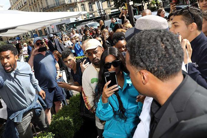 Kim có rất nhiều người hâm mộ tại Pháp. Mỗi khi tới kinh đô ánh sáng, cô đều bị các fan bao vây tứ phía.