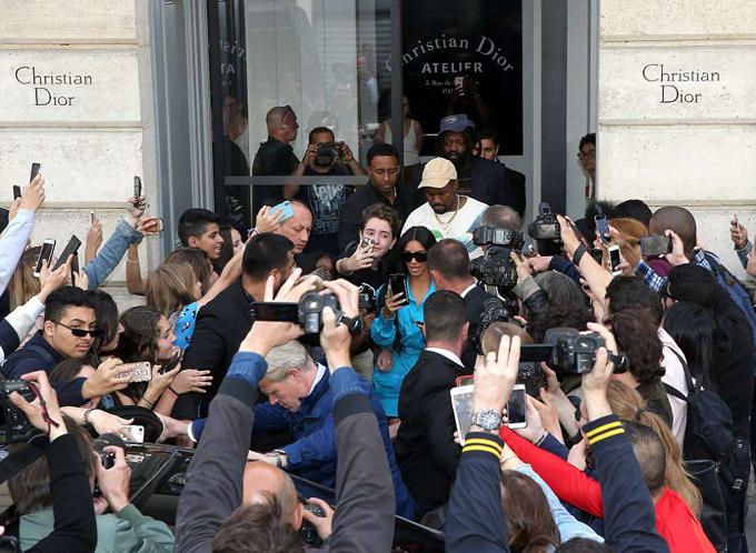 Tuy lo sợ về an ninh nhưng Kim rất thân thiện và gần gũi với các fan.