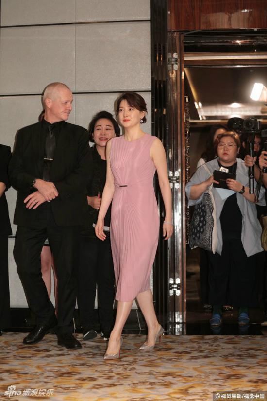 Lee Young Ae tham dự sự kiện của một thương hiệu mỹ phẩm mà cô là gương mặtđại diện hôm 21/6. Nữ diễn viên tiết lộ, vì bận rộn với việc chăm sóccon cái đang tuổi đi học, côít có thời gian điđâyđó. Lee Young Aecũng hy vọng trong lần tớiđến Hong Kong sẽ có cơ hộiđưa hai conđi chơi công viên Disney.