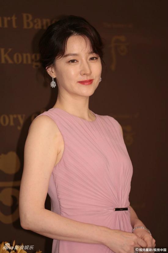 Ở tuổi 47, dù dấu tuổi tácđã hiện trên gương mặt, Lee Young Ae vẫn giữđược làn da trắng mịn màng, đôi mắt nâu của cô vẫn trong và cuốn hút như ngày nào.