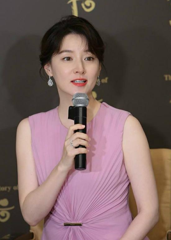 Lee Young Ae tham dự sự kiện trong khoảng 10 phút...