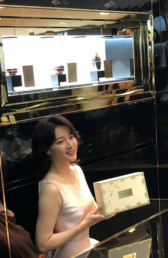 ... sauđó cô thay trang phụcđể giao lưu với khán giả và giới thiệu về các sản phẩm mới. Chia sẻ về bí quyết có một làn dađẹp, Lee Young Ae nóiđiều quan trọng là luôn duy trì một cuộc sống khỏe mạnh, tích cực cả về suy nghĩ lẫn hànhđộng. Nàng Dae Jang Geum tiết lộ cô thườngcùng chồng conđi dạo, cùng nhau xén cỏ trong trang trại của giađình...