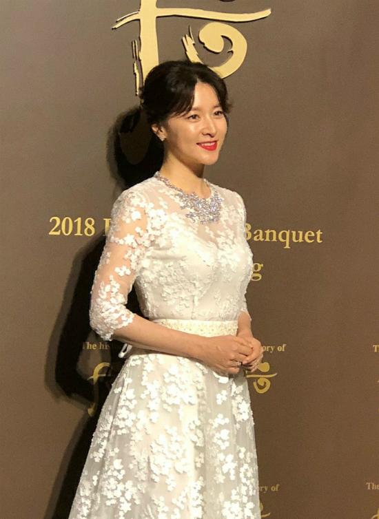 Nữ diễn viên thay váyđể dự buổi giao lưu tối.