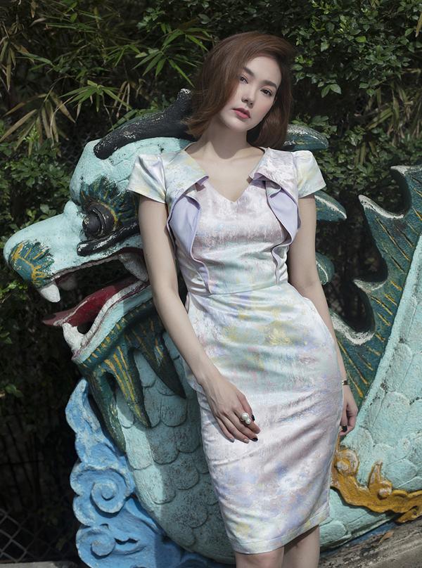 Váy tham gia tiệc tùng không sử dụng tông màu rực rỡ nhưng cũng đủ làm người mặc nổi bật nhờ vải dệt kim tuyến.