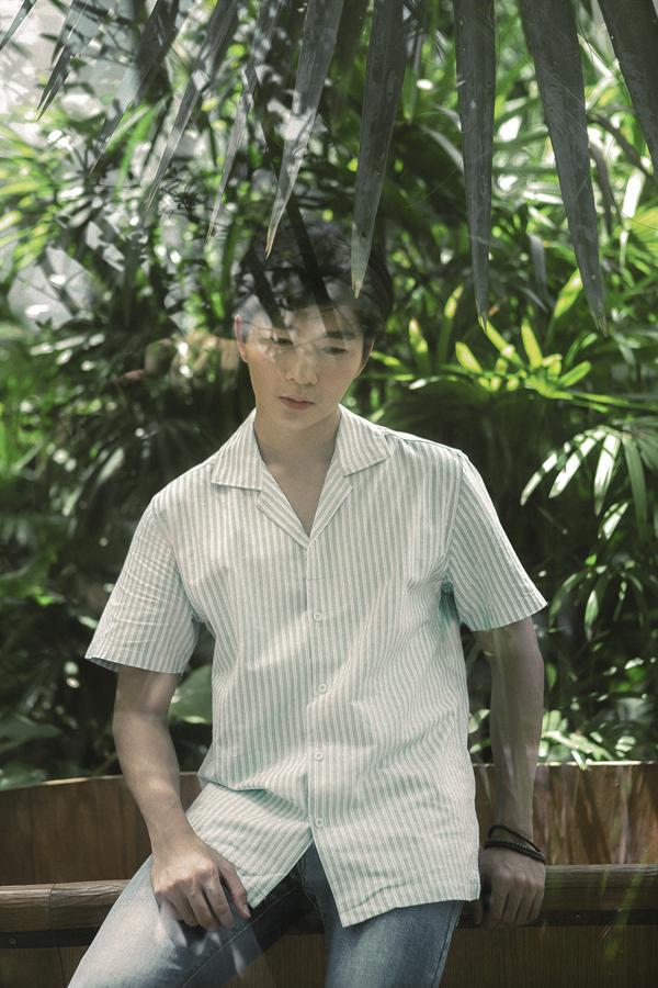 Trong bộ ảnh vừa thực hiện, chàng MC nhanh nhạy chọn lựa các kiểu áo được yêu thích trong mùa hè để mix đồ.