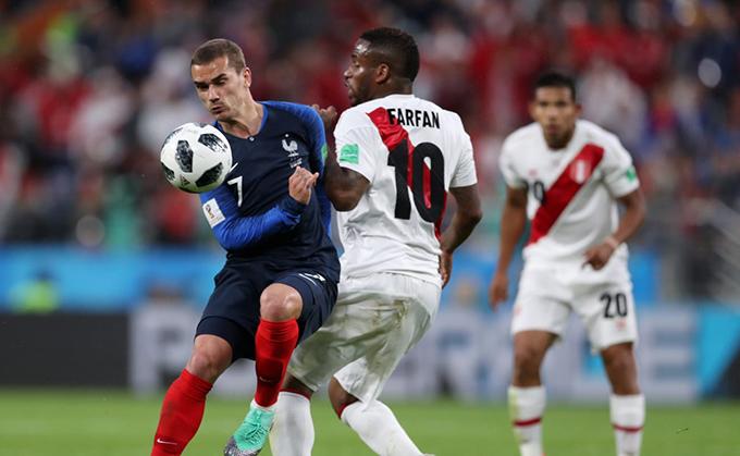 Peru nhập cuộc tốt hơn nhưng tuyển Pháp nhanh chóng giành lại thế trận và tạo ra những cơ hội nguy hiểm. Ảnh:FIFA.