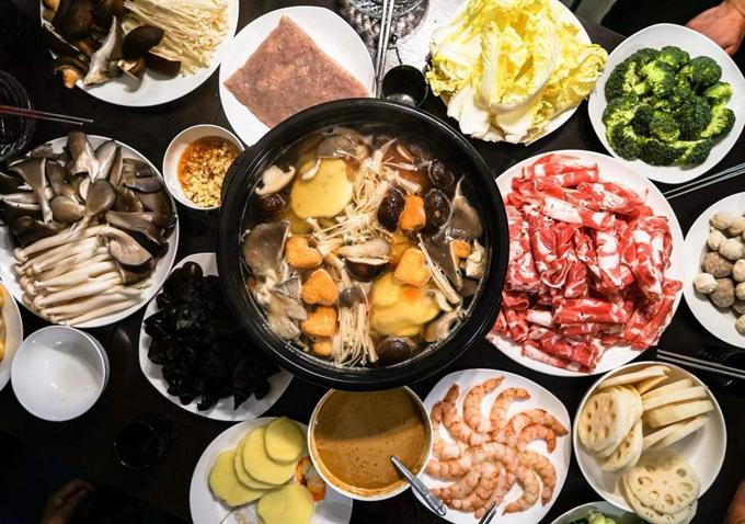 Khách hàng kéo tới xếp hàng từ 8h sáng đến tận nửa đêm để được ăn miễn phí lẩu của nhà hàng Jiamener. Ảnh: Stock.
