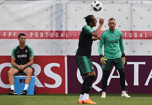 C. Ronaldo ngồi xem các đồng đội tập luyện khi tuyển Bồ Đào Nha chuẩn bị cho trận đấu gặp Iran vào ngày 26/6 tới. Trong buổi tập hôm 21/6, siêu sao của Real không tham gia đầy đủ các bài tập như các đồng đội.